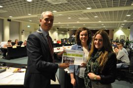 Burgemeester Luc Winants (48) van Brunssum krijgt de krant van de jongerengemeenteraad.